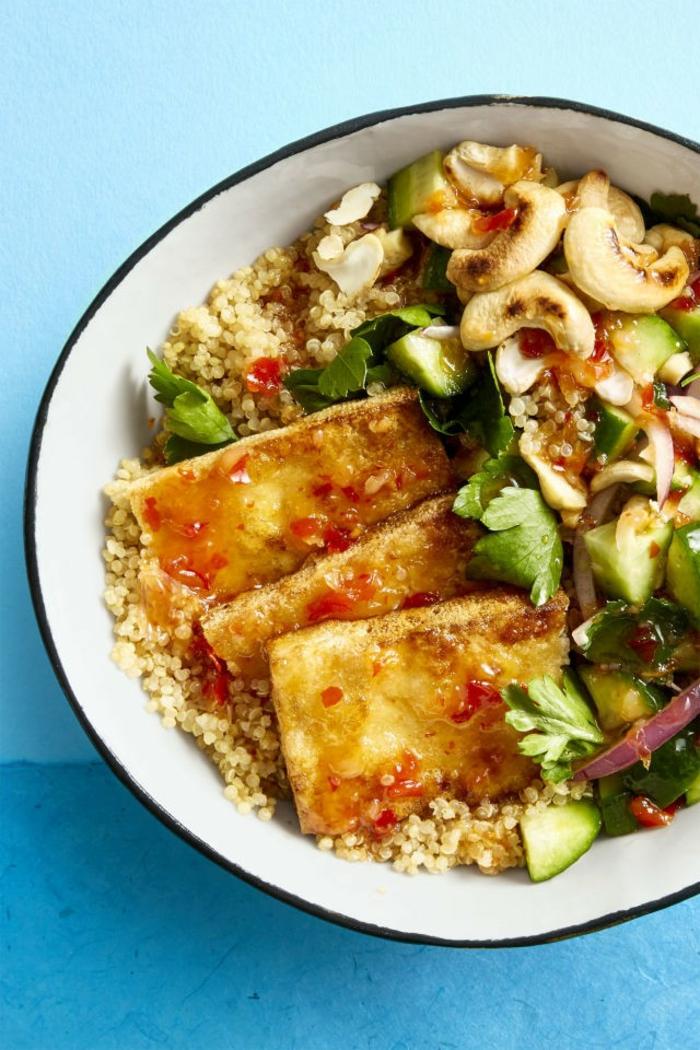 ideas sobre platos vegetarianos faciles, ensalada nutritiva con tofu, quinoa blanca, aguacate, perejil y anacardo