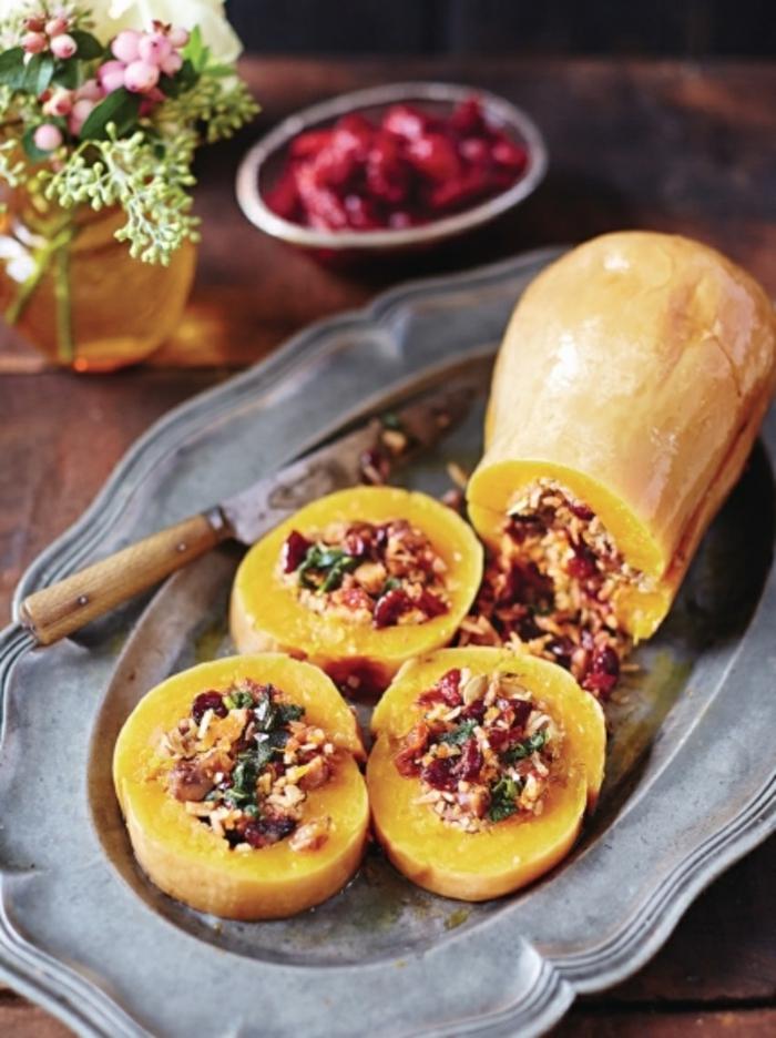 ideas de platos vegetarianos faciles, calabaza rellena de arroz y verduras, recetas con calabaza rapidas y faciles