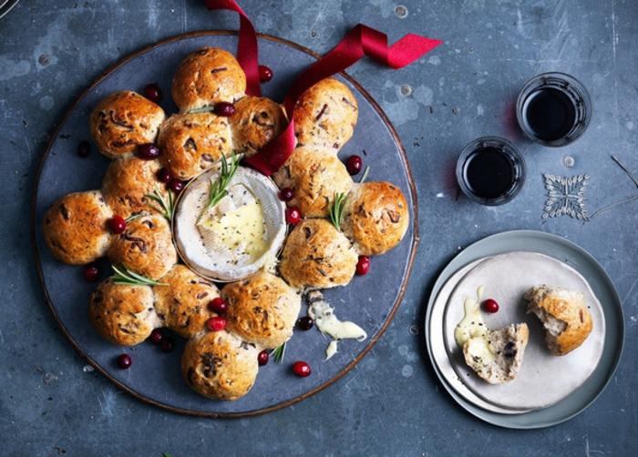 propuestas de canapés navideños, pan casero en forma original con queso brie fundido, ideas de comidas para Nochevieja