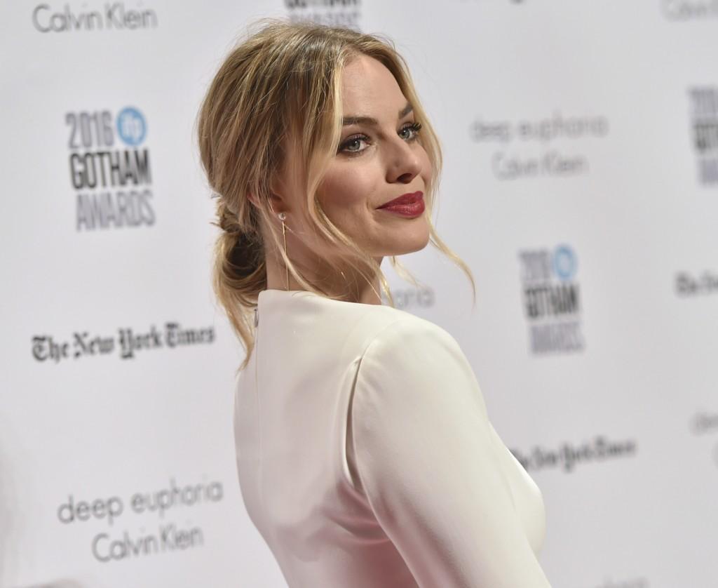 Margot Robbie con una coleta anudada, precioso recogido con mechas sueltas, peinados faciles y bonitos
