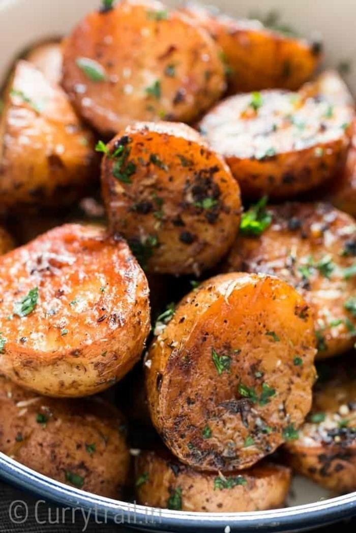 patatas al horno con ajo y cebollin, platos vegetarianos faciles, ideas saludables sobre que comer hoy