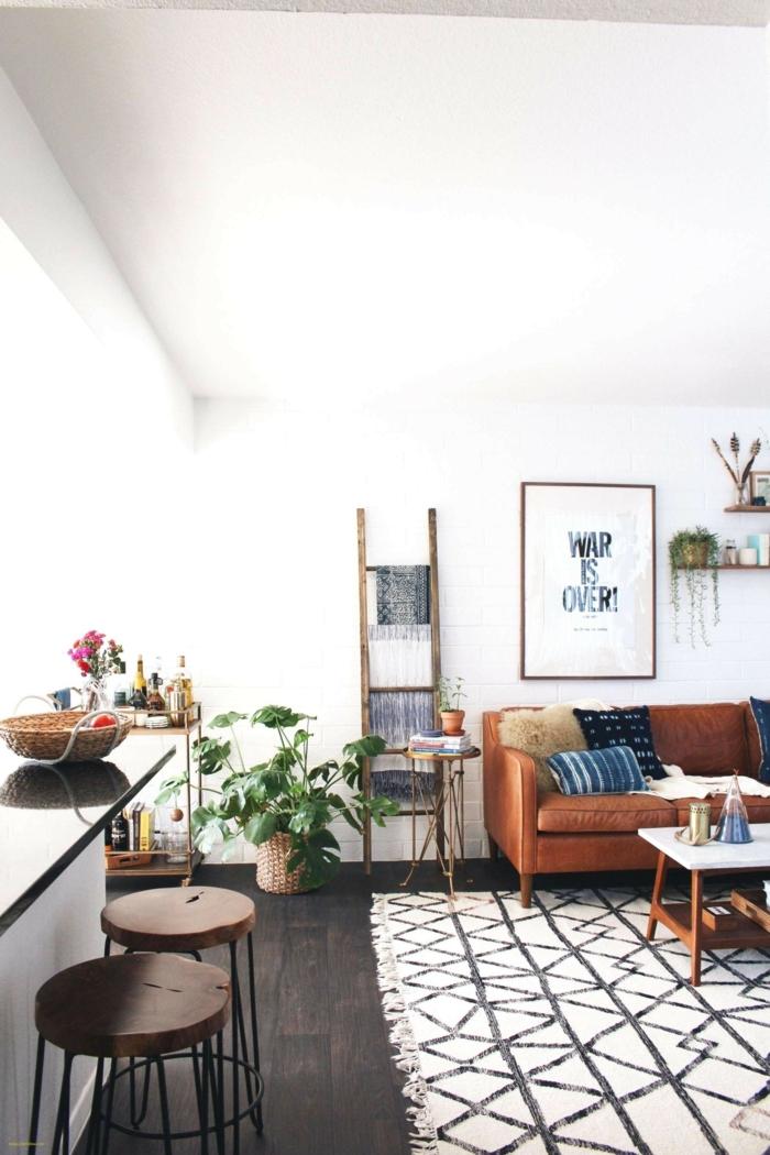 salón moderno decorado en estilo bohemio con paredes pintadas en blanco, alfombra moderna