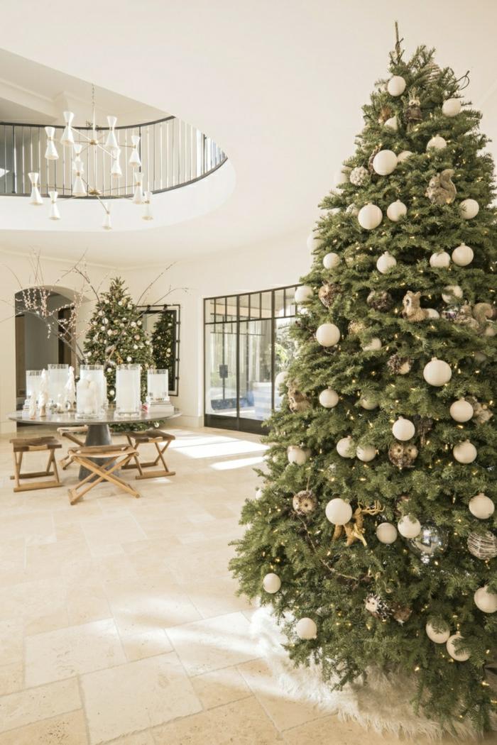grande salón moderno con decoración minimalista, árbol de navidad decorado con esferas en color champán