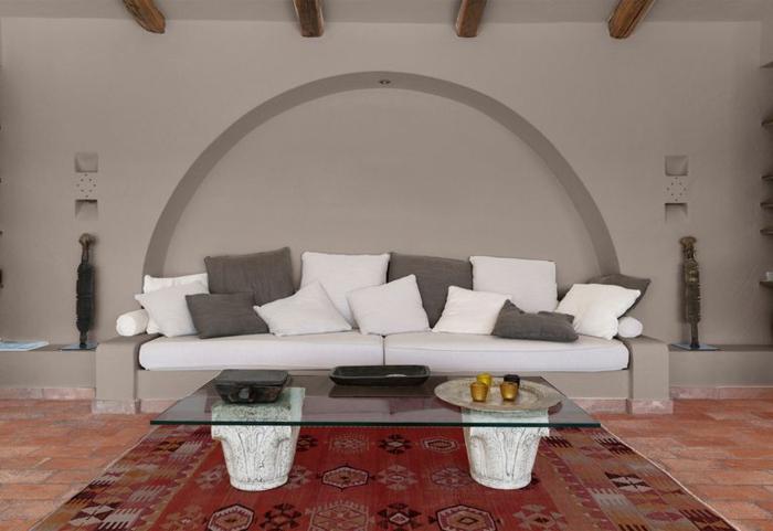 decoración original de salón decorado en gris, paredes en gris con interesantes elementos arquitectónicos, techo con vigas