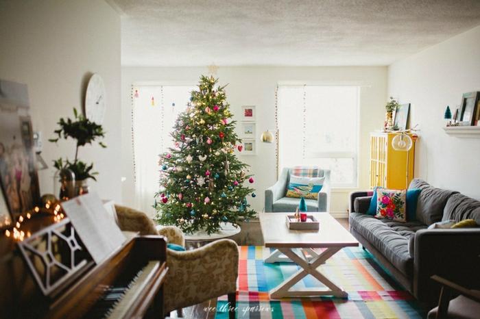 salón decorado con mucho encanto, árbol de navidad adornado con pequeños detalles en diferentes colores