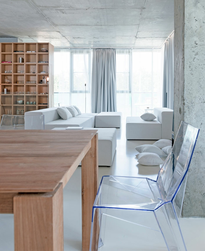 precioso salón decorado en estilo minimalista, muebles en blanco y madera, techo alto, cortinas de diseño