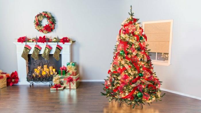 decoración de árbol navideño con cintas de tela en rojo y dorado, chimenea de leña, salón grande acogedor