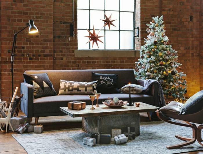 últimas tendencias en decoración de árboles navideños 2018, salón decorado en estilo industrial con paredes de ladrillo