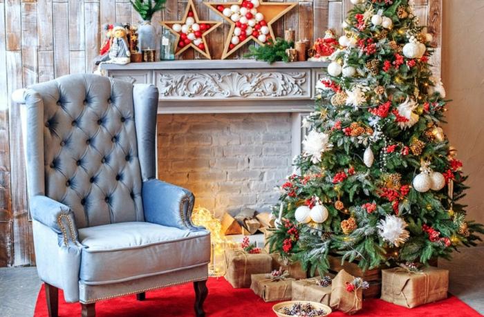precioso salón decorado en estilo rústico moderno con sillón vintage, árbol navideño con adornos en blanco y rojo