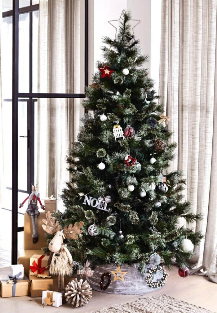 árboles de navidad originales decoradas según las últimas tendencias, salón moderno con cortinas de lino
