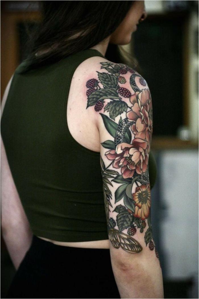 tatuajes en el brazo entero mujer, diseños inspirados en la vieja escuela, tatuajes americanos tradicionales