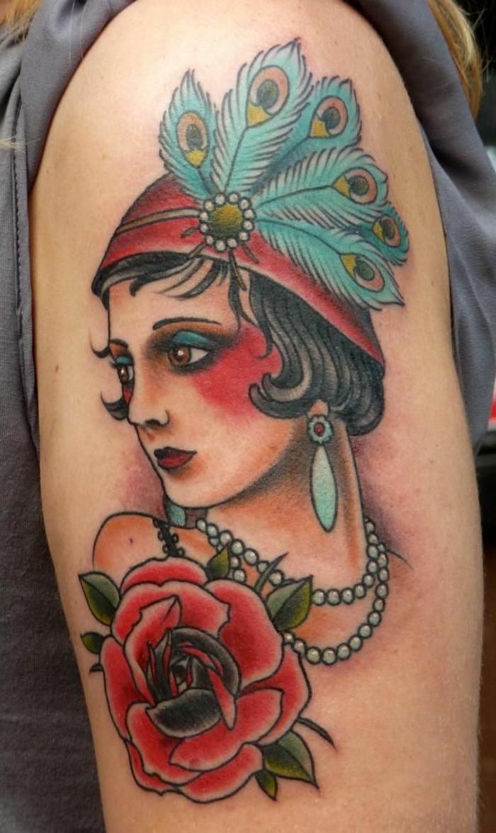 precioso tatuaje en el brazo en estilo vintage en colores intensos, mujer con sombrero con plumas y motivos florales
