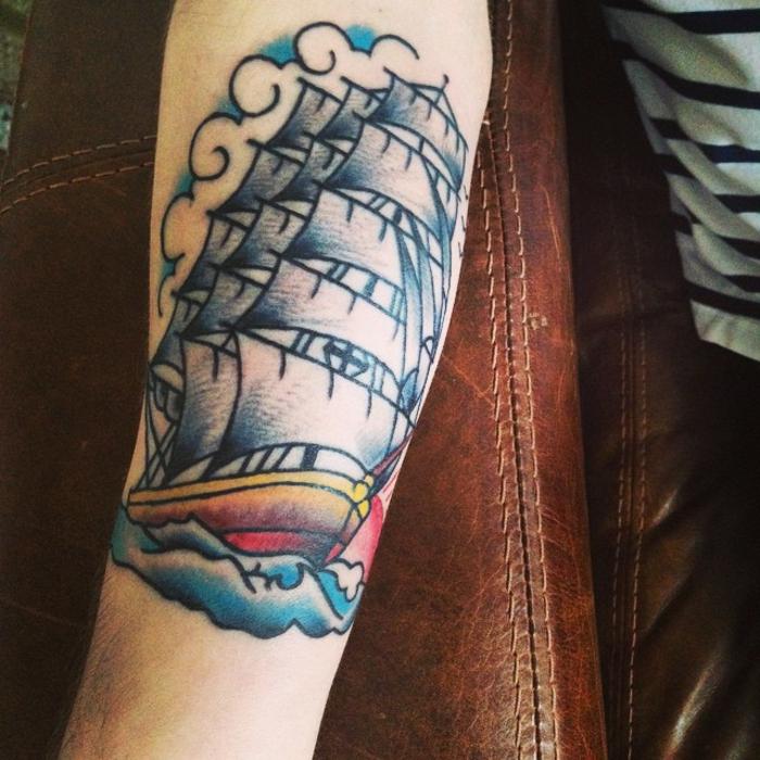 tatuaje en el antebrazo inspirados en los tattoos vintage marineros,tatuaje en colores vivos de grande barco
