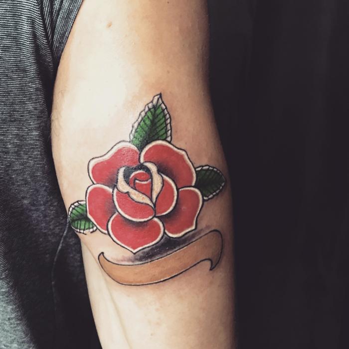 tatuajes en el brazo hombre, ideas de tattoos vintage con flores en colores intensos, tattoos tradicionales