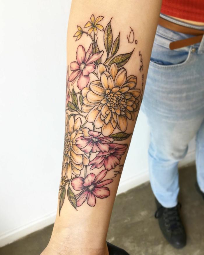 preciosas ideas de tatuajes en el brazo en estilo vintage, tattoo en el antebrazo flores en amarillo y rosado