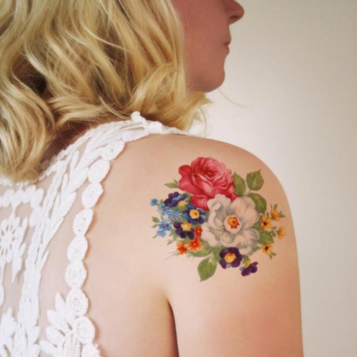 tatuaje con motivos florales en el hombro, tatuajes clásicos americanos en colores intensos