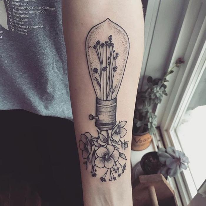 diseños de tatuajes inspirados en el estilo vitnage, bombilla con flores, tatuajes antebrazo hombres y mujeres