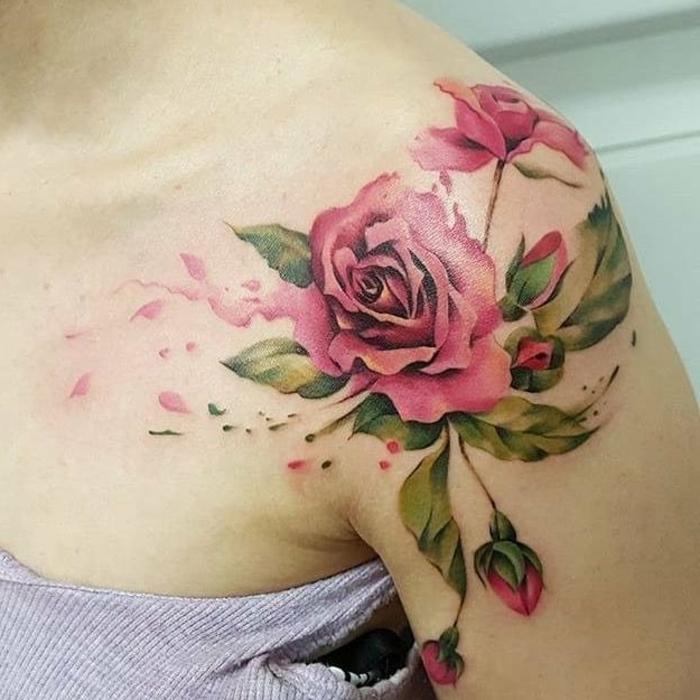 tatuajes en el hombro con flores, diseños de tatuajes inspirados en el estilo vintage, tattoo rosaas rojas