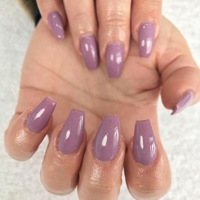 uñas largas hechas con acrílico pintadas en lila, uñas pintadas en un solo color de forma coffin