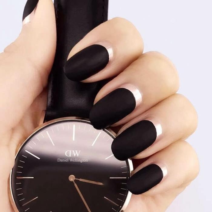 uñas francesas inversas en negro acabado mate y esmalte brillante color claro, diseños de uñas modernas