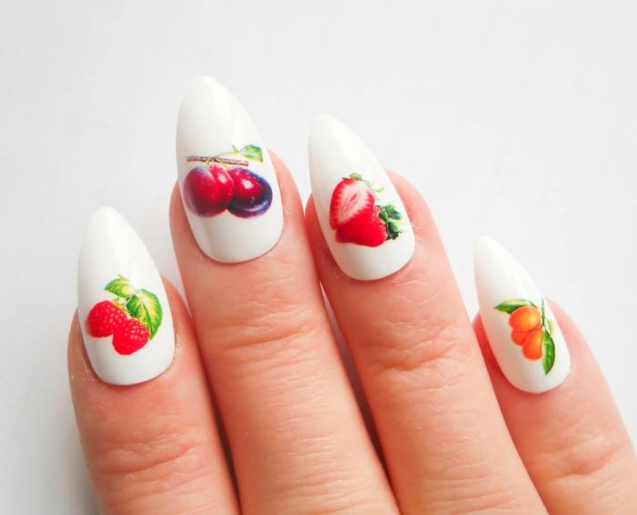 tipos de uñas largas acrílicas, diseño de encanto, uñas largas almendradas pintadas en blanco con dibujos de frutas