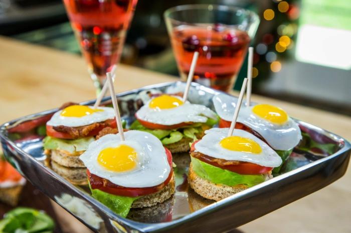 entrantes super ricos para hacer en 10 minutos, tostadas con tocino, huevos fritos, lechuga y tomates