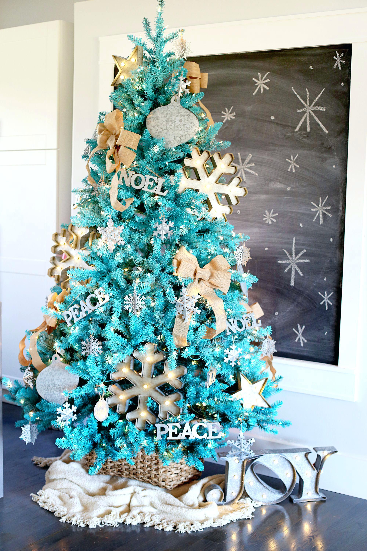 arboles de navidad inusuales, bonita propuesta en color Azul Tiffany con decoración en dorado