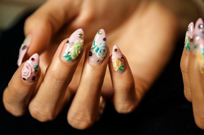 preciosos diseños de uñas acrilicas, uñas largas francesas con puntas en rosado claro, decoración motivos florales y piedras