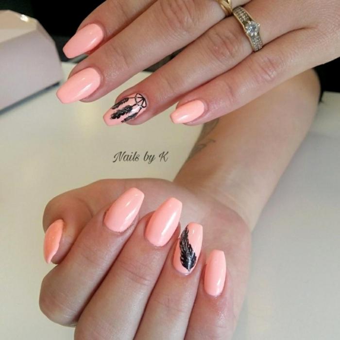 uñas pintadas en colores claros con decoración, largas uñas con puntas coffin, decoración plumas