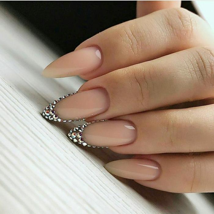 decoración de uñas, últimas tendencias de la temporada, uñas pintadas en tono nude, decoración con piedras