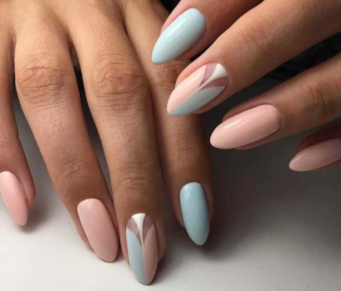 preciosas uñas pintadas en colores pastel, decoración en rosado claro y azul bebé, elementos geométricos