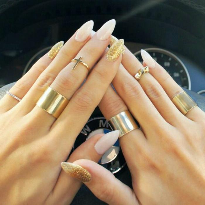 como hacer uñas acrilicas modernas, largas uñas pintadas en blanco y dorado, diseños de uñas elegantes