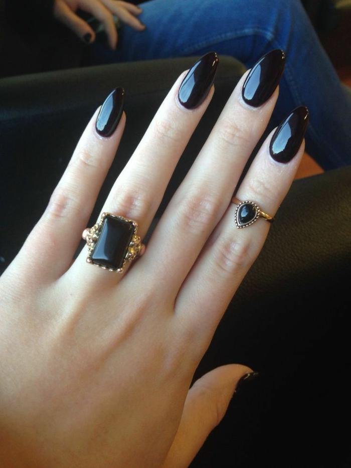 uñas de acrilico largas de forma almendrada pintadas en negro acabado brillantes, diseños de uñas modernas y elegantes
