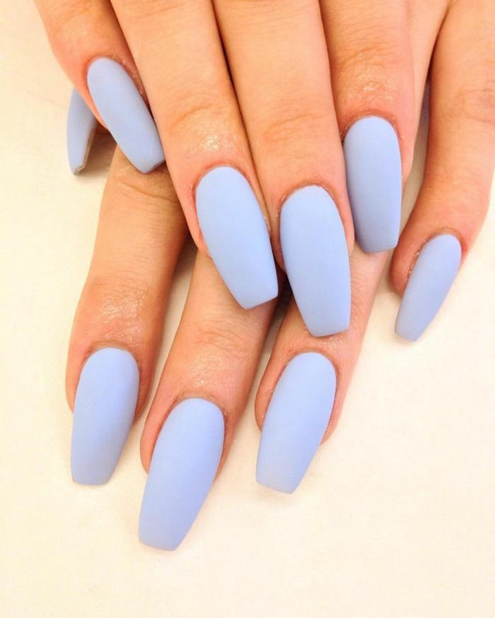 bonitos diseños de uñas en un solo color en acrílico, largas uñas en azul bebé con punta coffin