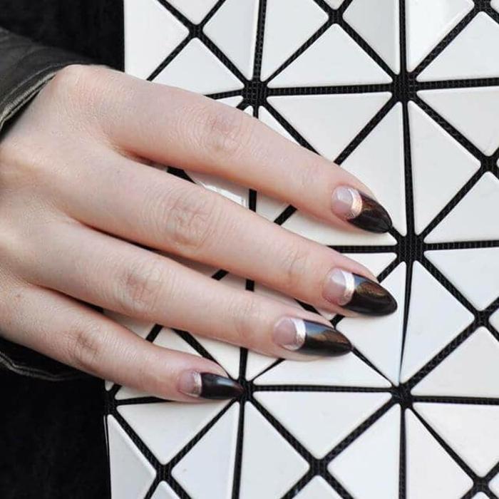 uñas francesas inversas con media luna, largas uñas acrilicas pintadas en negro con decoracion en dorado