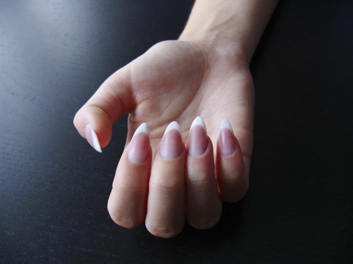 uñas acrilicas o de gel francesas, uñas con forma almendrada con puntas muy afiladas, manicura clásica