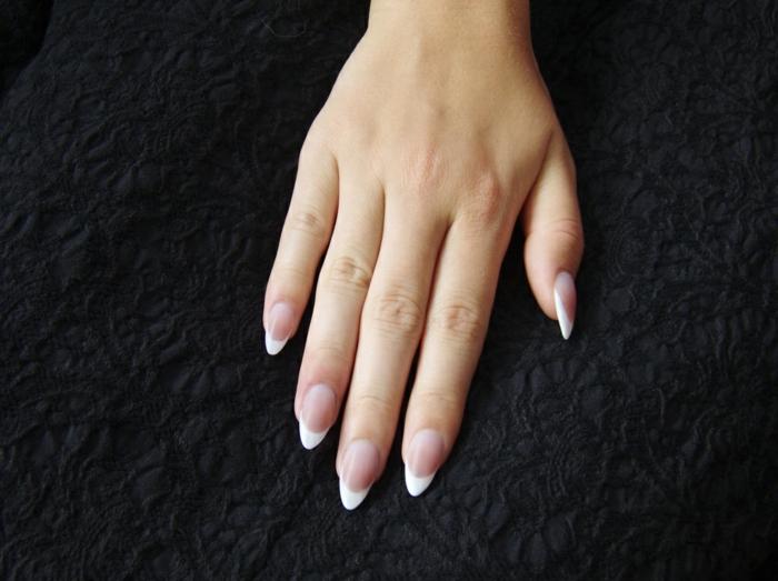 uñas acrilicas o de gel francesas, largas uñas de forma almendrada con puntas en blanco, ideas de manicura clásica