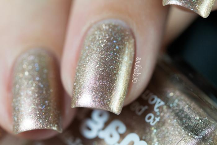 uñas brillantes en dorado, ideas de decoracion de uñas acrilicas en un solo color, esmalte brillante en dorado