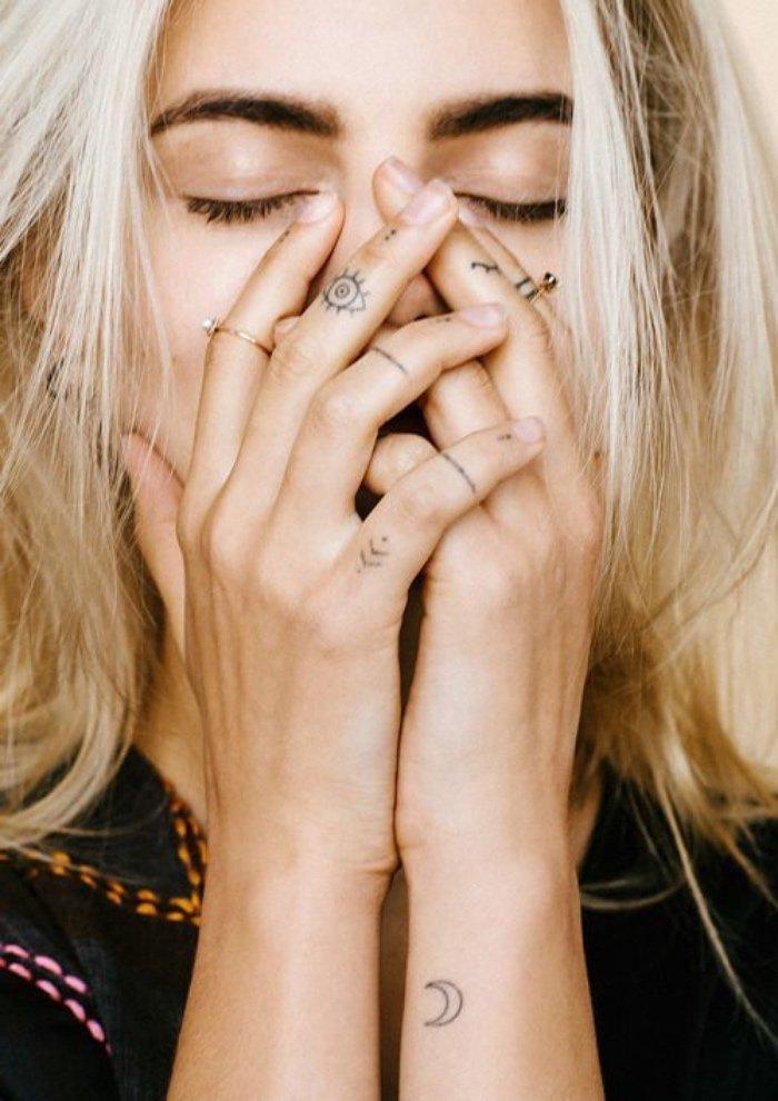 tattoos pequeños en los dedos, tatuaje ojo, tattoo luna, bonitos diseños de tatuajes muy pequeños en imágenes