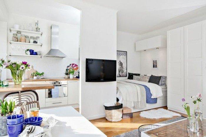 ideas de decoracion pisos pequeños y modernos en blanco, paredes en blanco, suelo de parquet, detalles en azul
