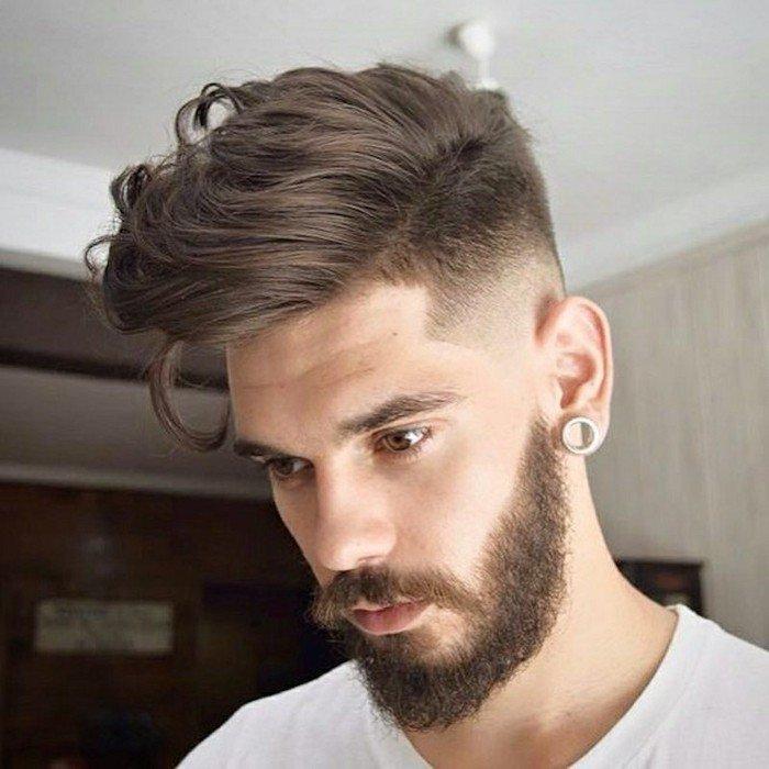 degradado hombre en estilo hipster con larga franja, últimas tendencias en cortes y peinados para hombres