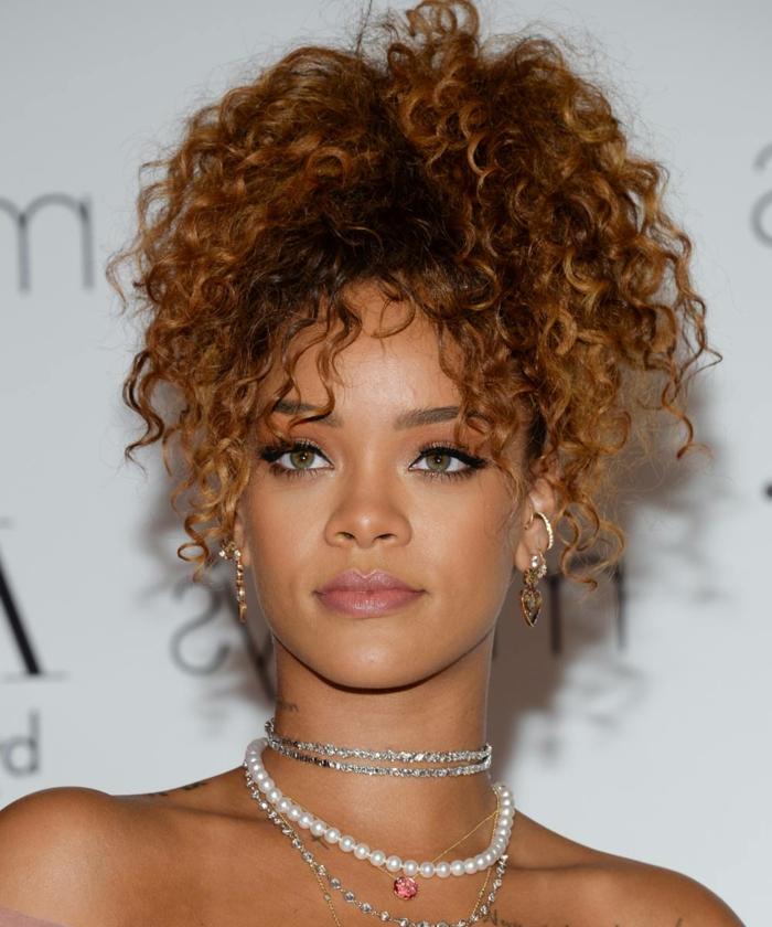 los mejores peinados pelo rizado en tendencia 2018 2019, Rihanna con una coleta alta, cabello rizado color pelirrojo