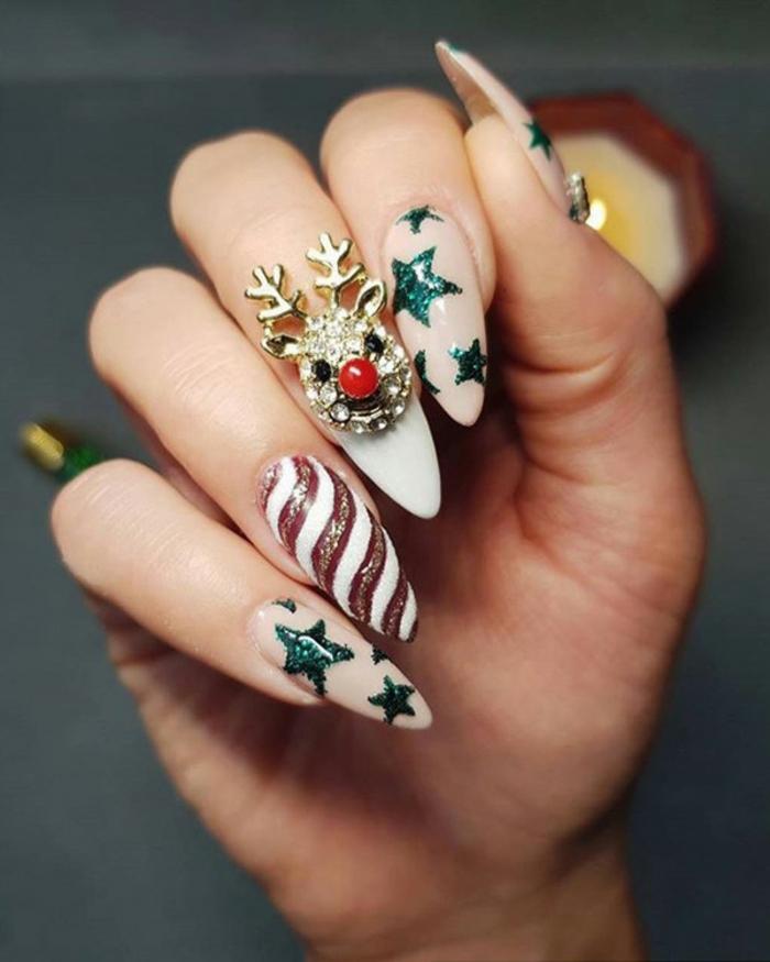 modelos de uñas navideñas extravagantes, uñas acrílicas super largas con dibujos, manicura navideña original