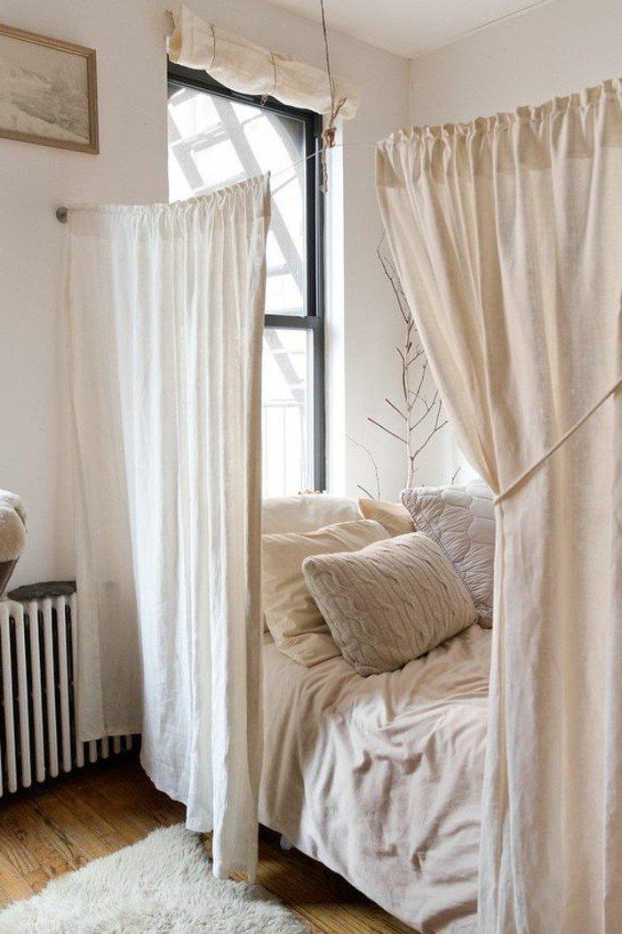 ideas de decoracion pisos pequeños en colore claros, cortinas de algodón, cama pequeña con almohadas