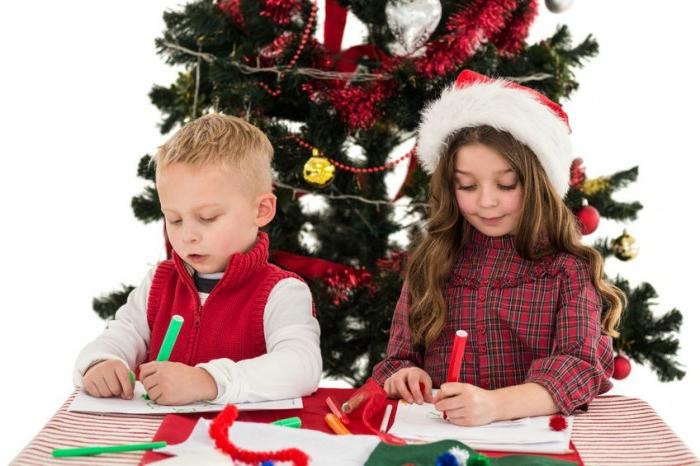 dos niños coloreando páginas con dibujos navideños, dibujos navideños para colorear imprimibles