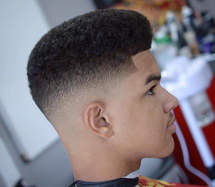 ideas de cortes de pelo y peinados con degradado hombre, sienes longitud corta, tupe largo, cabello rizado