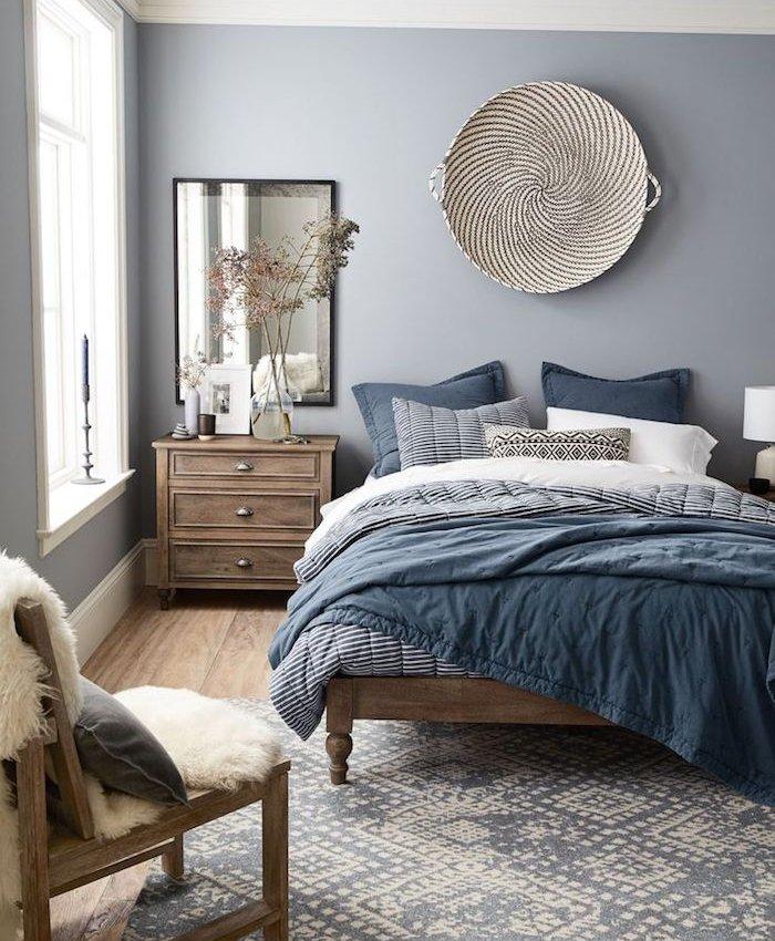 ideas de decoracion dormitorio gris y blanco, sábanas en azul, suelo de madera y muebles de madera estilo vintage