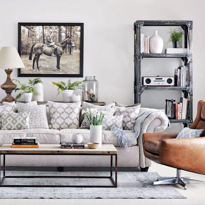 salon gris y blanco decorado con mucho estilo, estantería vintage, grande fotografia en la pared, mesa baja de madera