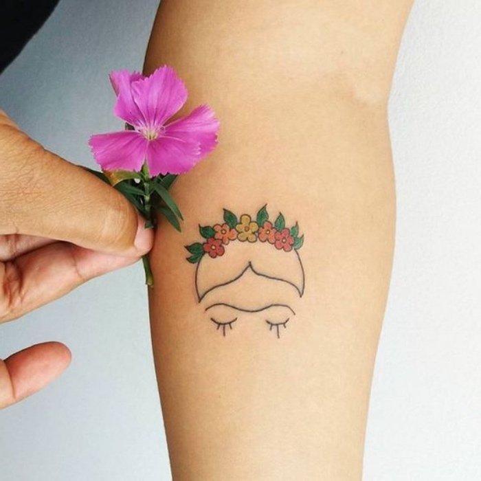 preciosos diseños de tattoos pequeños, tatuajes con motivos florales, imágines de tatuajes en el antebrazo