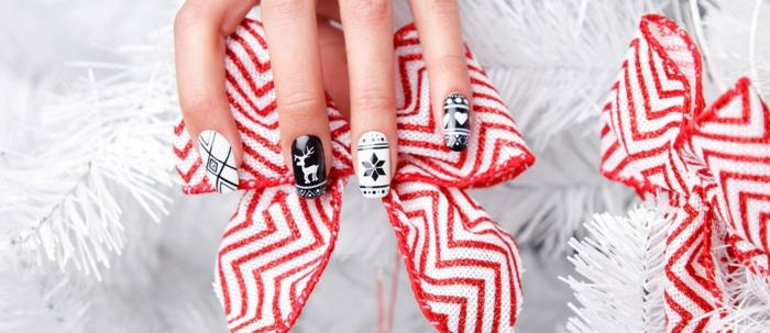 cuáles son los diseños de uñas navideñas más bonitos, uñas largas de forma cuadrada en blanco y negro con decoraciones navideñas